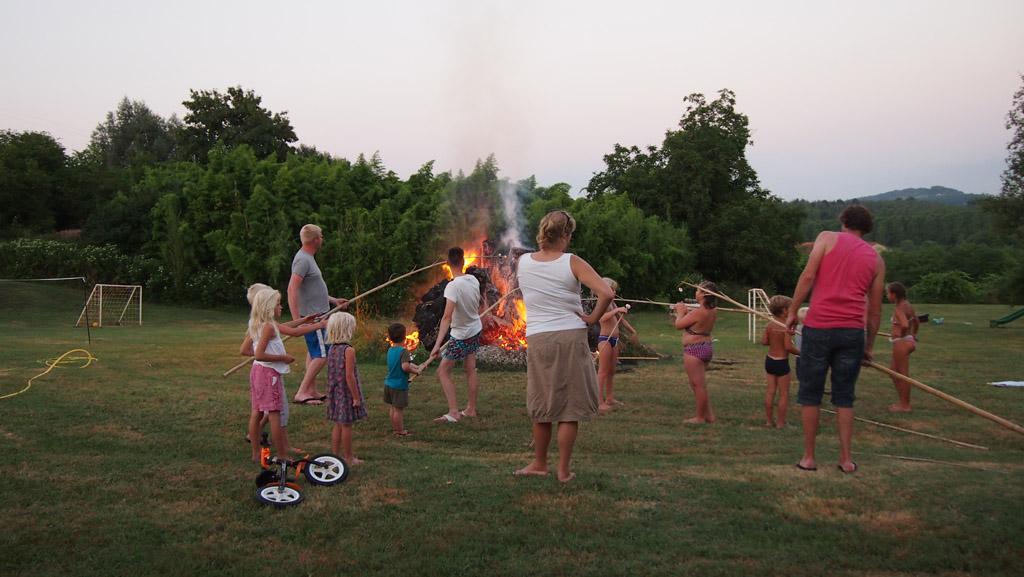 Kampvuur op de camping is de plek om contact te leggen met andere ouders.