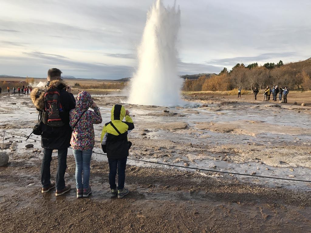 Voordat de touringcars komen zijn we bij de beroemdste geiser van IJsland.