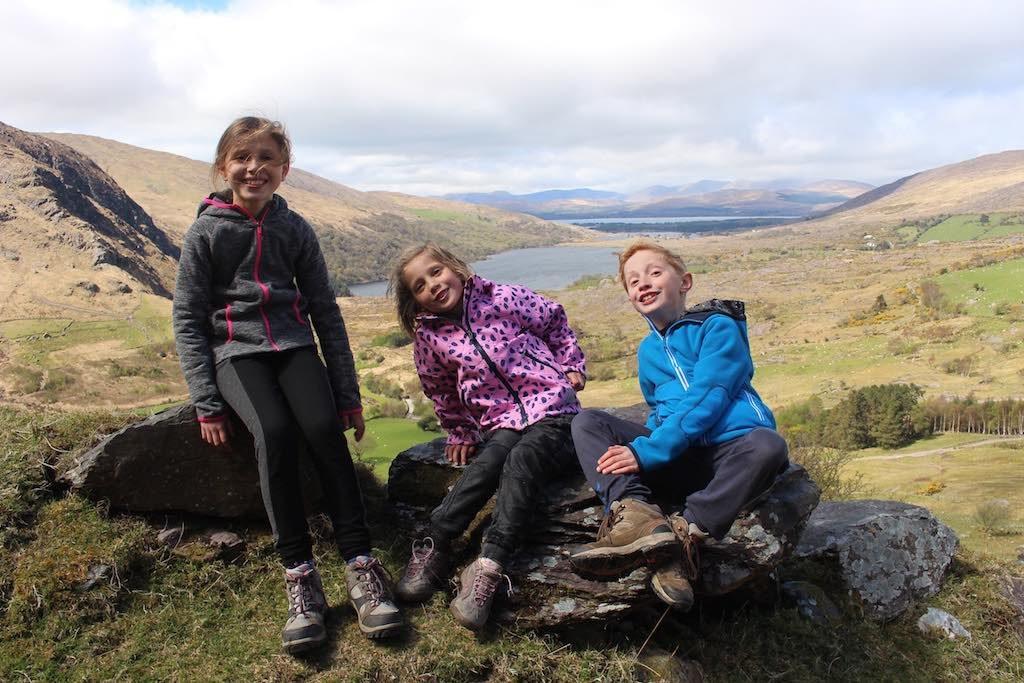 Wandelen, liefst in een mooie en uitdagende omgeving is een van onze favoriete outdooractiviteiten met kinderen.