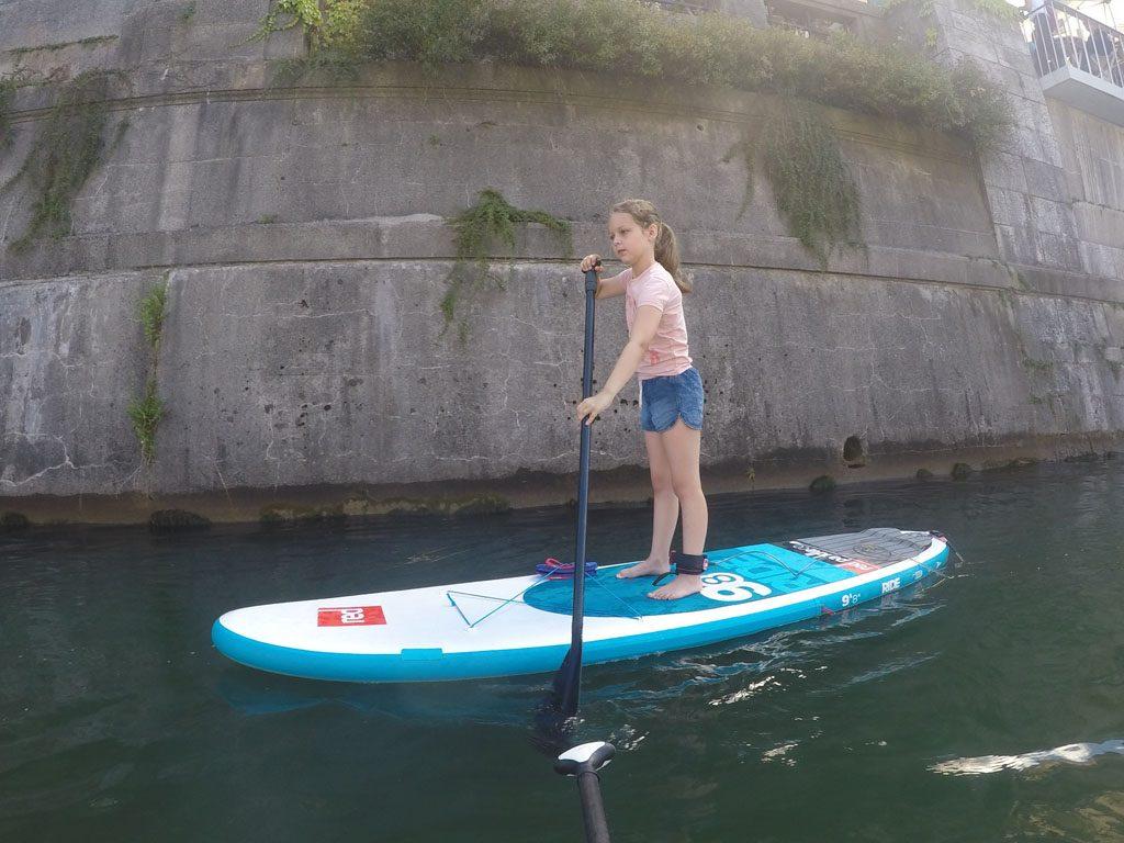 SUPpen, ook wel Stand Up Paddle Boarden, is uitdagend voor kinderen.