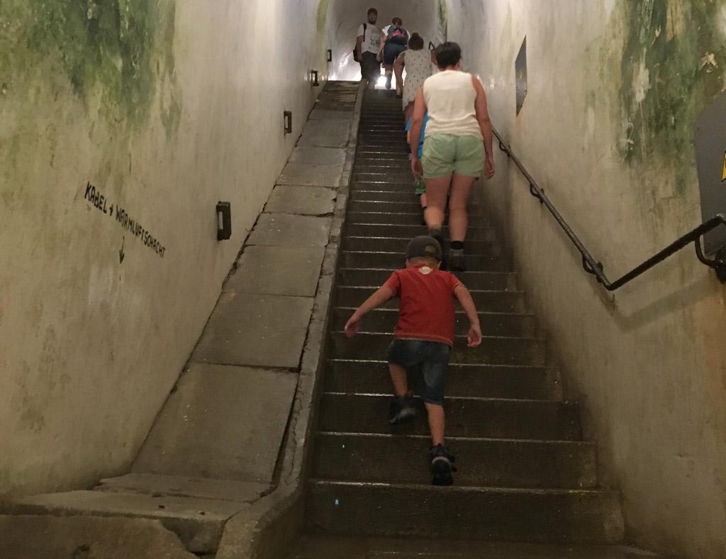 Een van de trappen in het gangenstelsel.