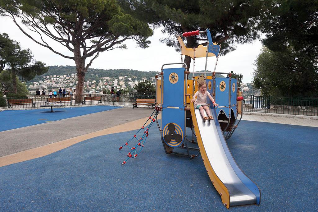 Op de heuvel is een heerlijke speeltuin
