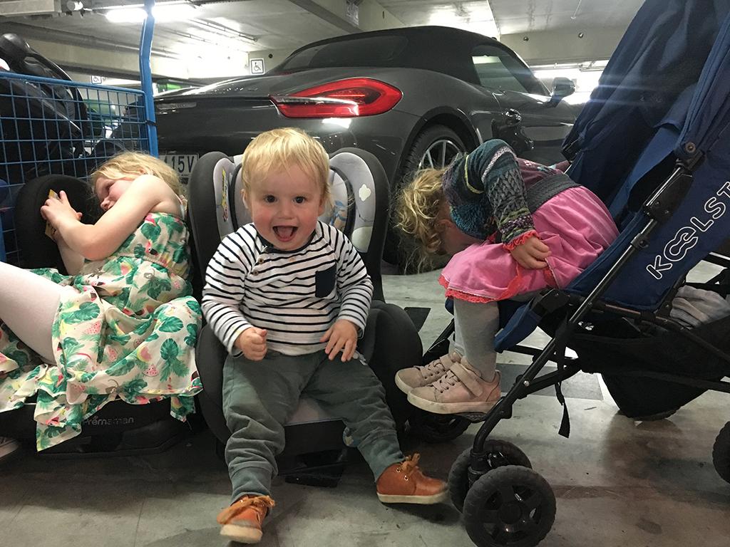 De autostoeltjes bij het verhuurbedrijf worden vast gecheckt