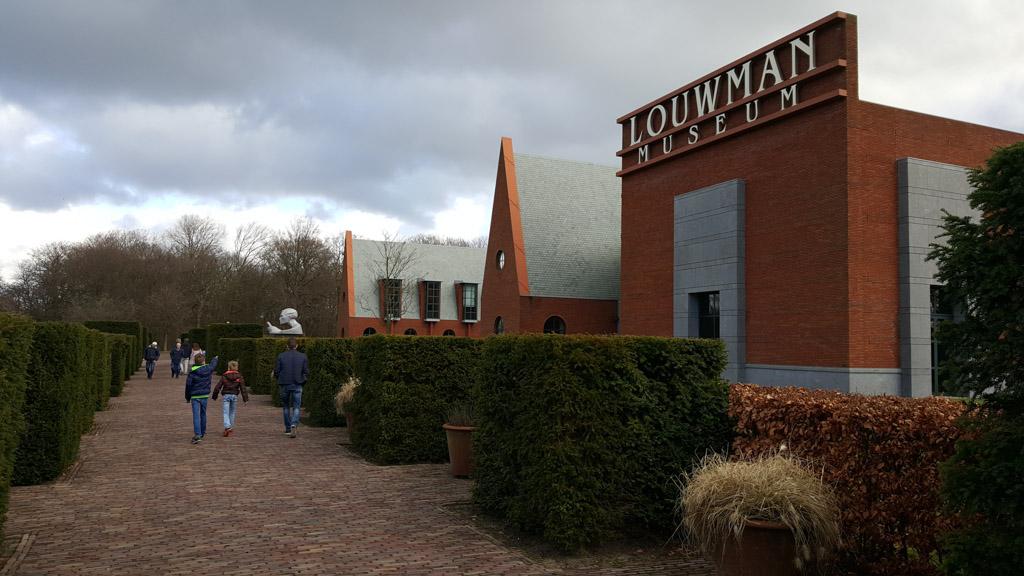 Het nieuwe moderne gebouw van Louwman Museum in Den Haag,