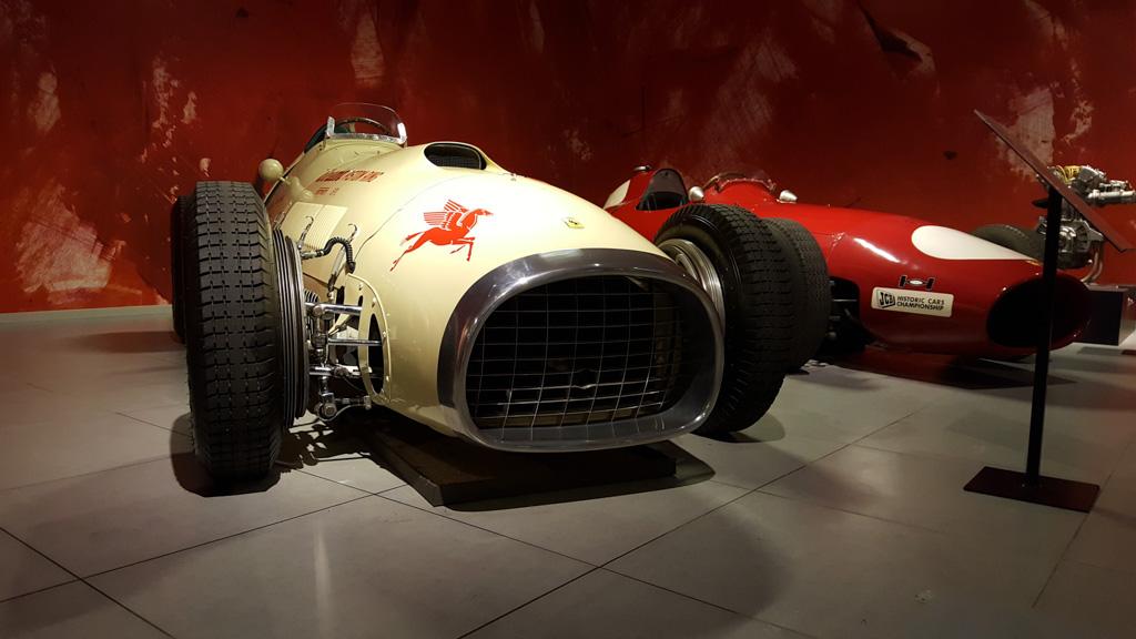 Een klassieke Ferrari raceauto.