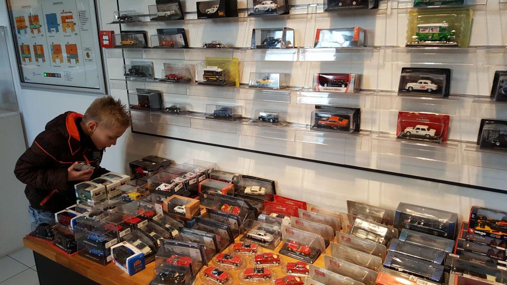 Superveel keuze in de museumwinkel voor alle autofans.