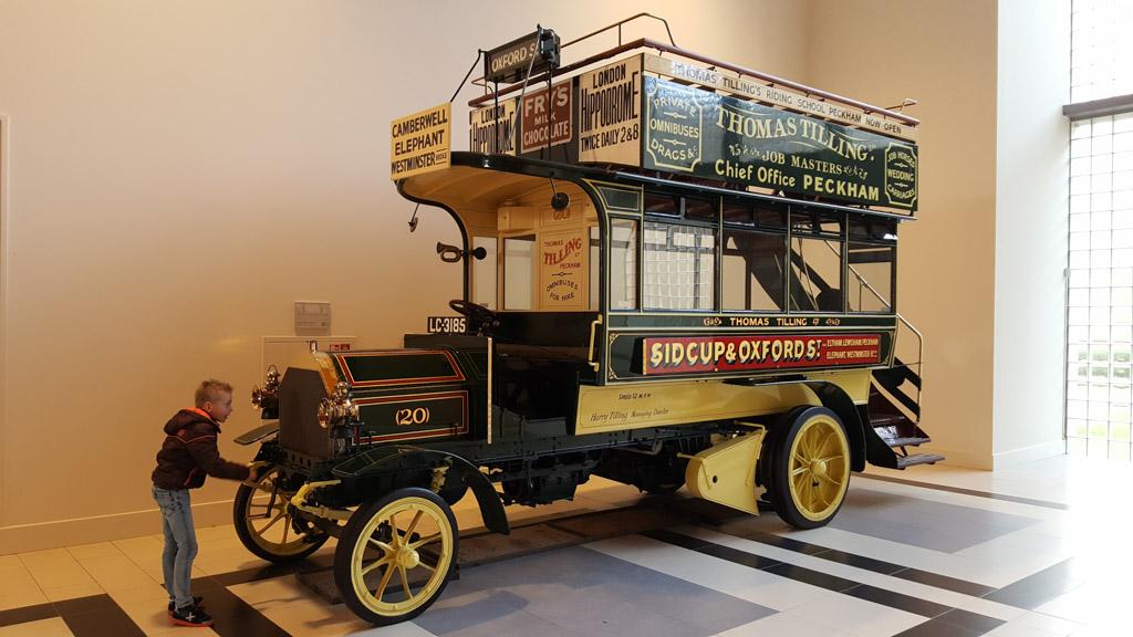 Een klassieke dubbeldekkerbus met slinger.