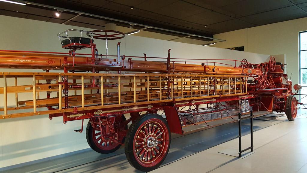 Wauw, die is groot! Een klassieke Amerikaanse ladderbrandweerauto.