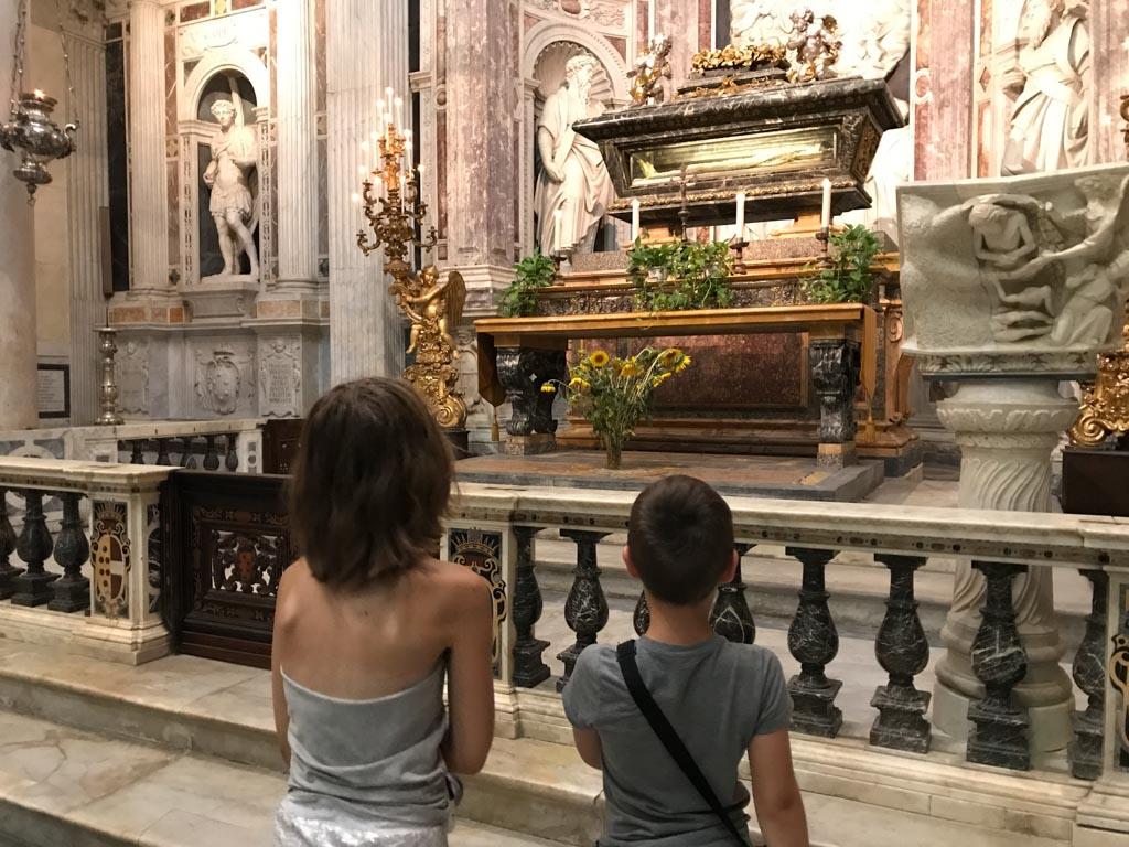 Ze kijken hun ogen uit in de Duomo.