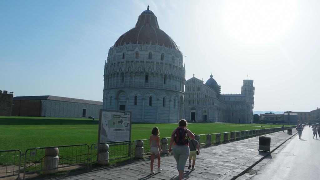 Het is vroeg als we in Pisa aankomen.