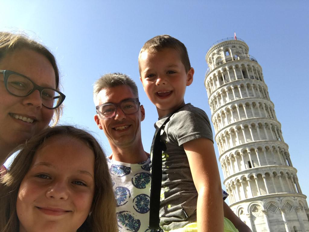 Familiekiekje met de beroemde toren op de achtergrond.