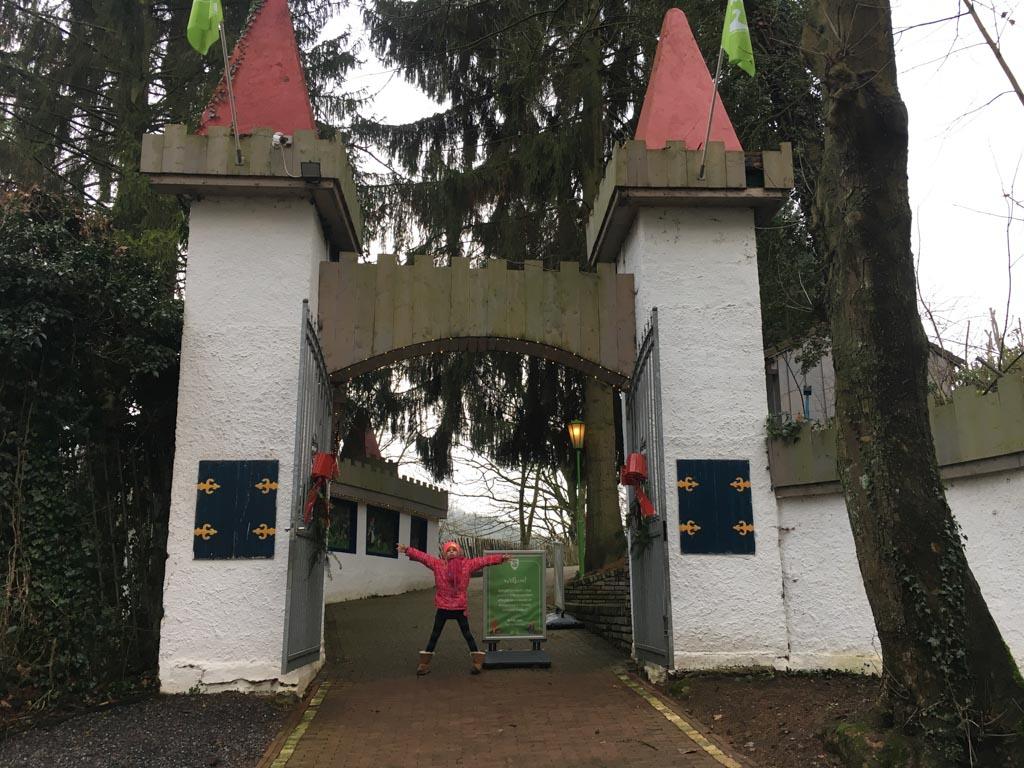 We zijn bij de ingang van Sprookjesbos Valkenburg