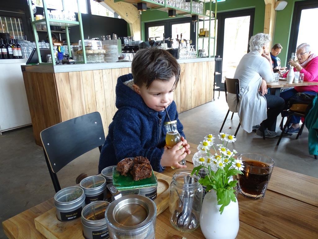 Lekker lunchen met een peuter? Dat is hartstikke leuk, mits je naar een peutervriendelijk restaurant gaat. (Foto: Yvonne)