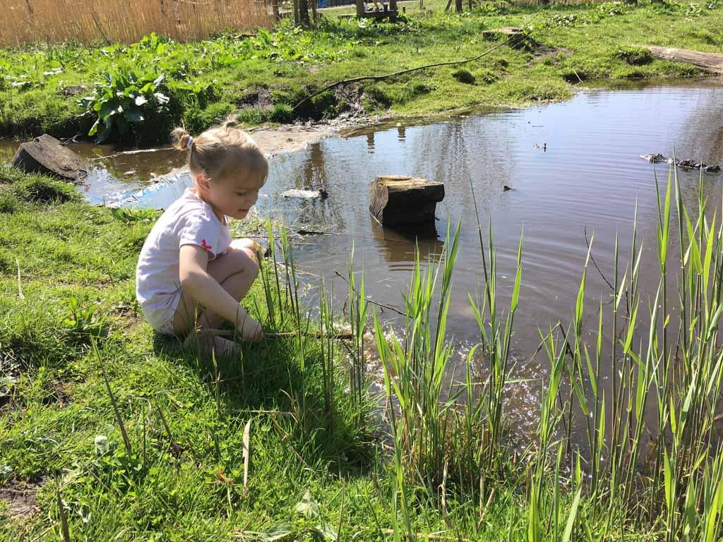 Een heerlijk uitje voor een mooie zomerdag, de natuurspeeltuin. (Foto: Daphne)