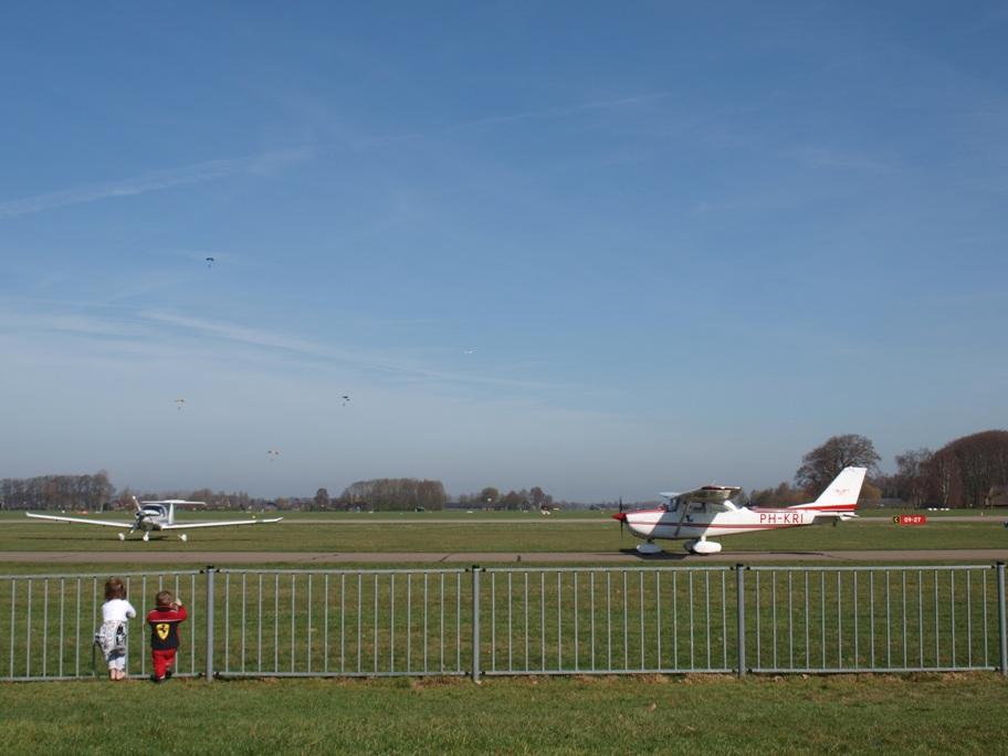 Vliegtuigen kijken blijft ook altijd erg leuk voor peuters. (Foto: Saskia)