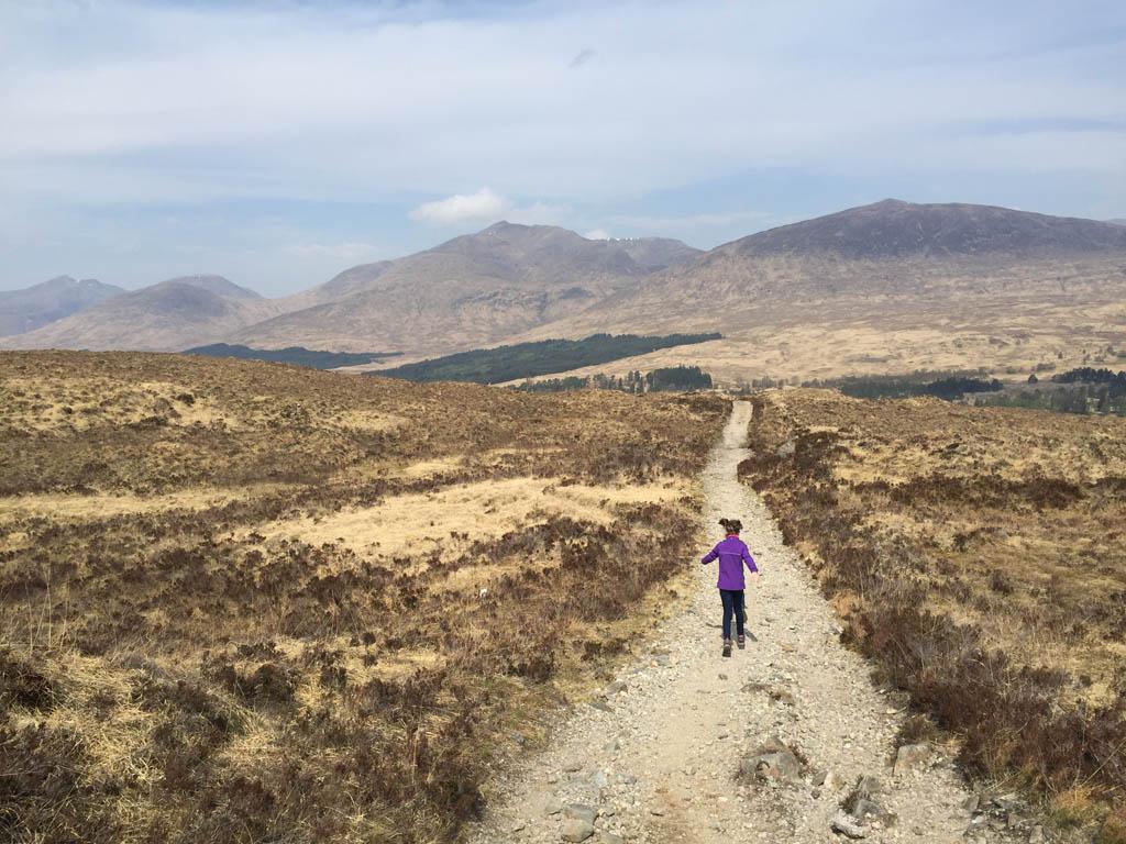 wandelen in Schotland met kinderen. buitenaards landschap
