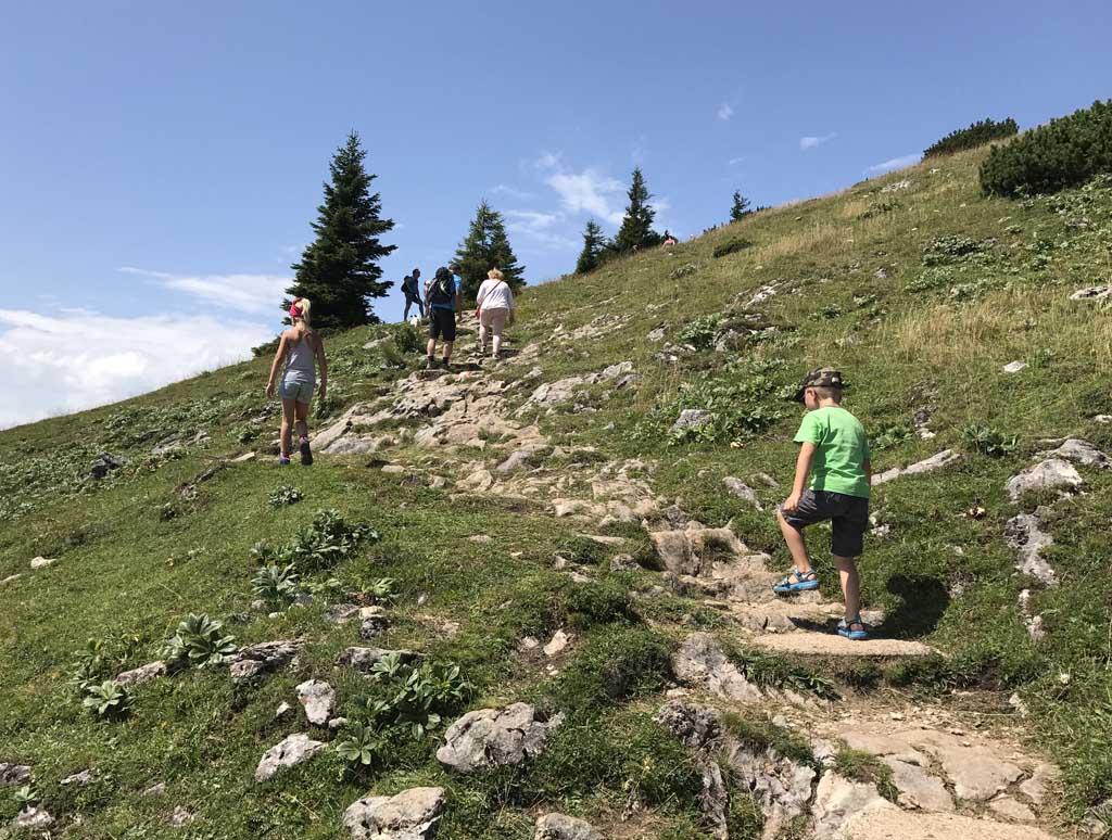 Wandelen rondom de wolfgangsee, de kinderen rennen vooruit
