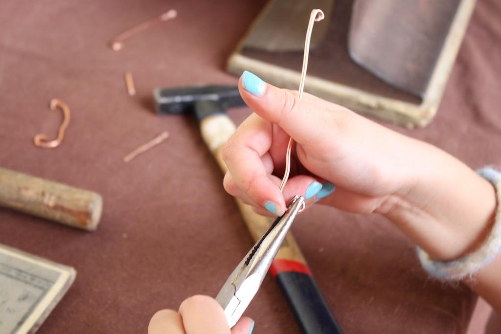 Een fibula maken (foto Jolinda)