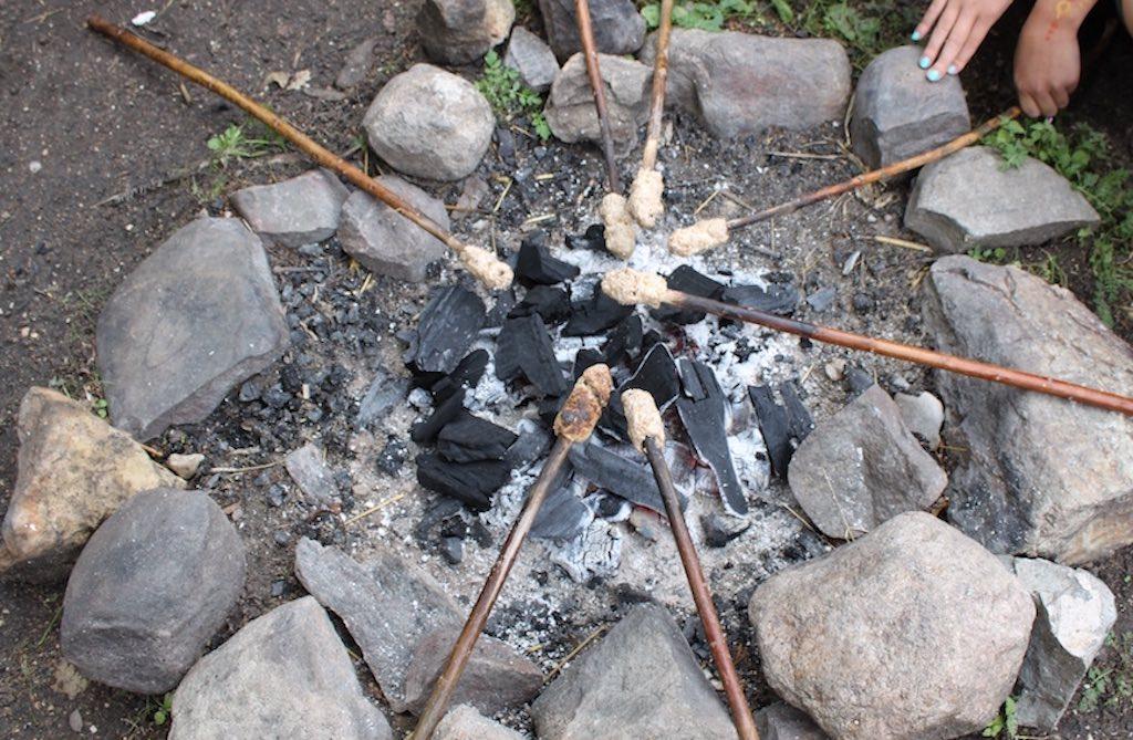 Opwarmen bij het broodje bakken (foto Jolinda)