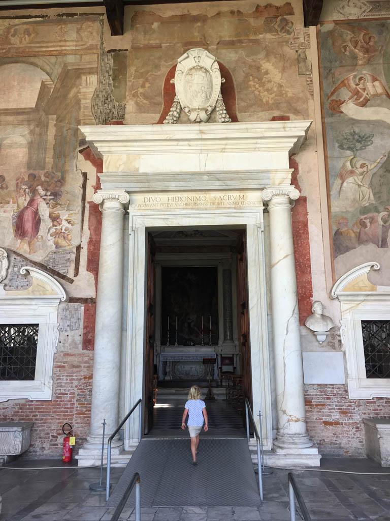 De gebouwen in Pisa maken grote indruk op de kinderen.