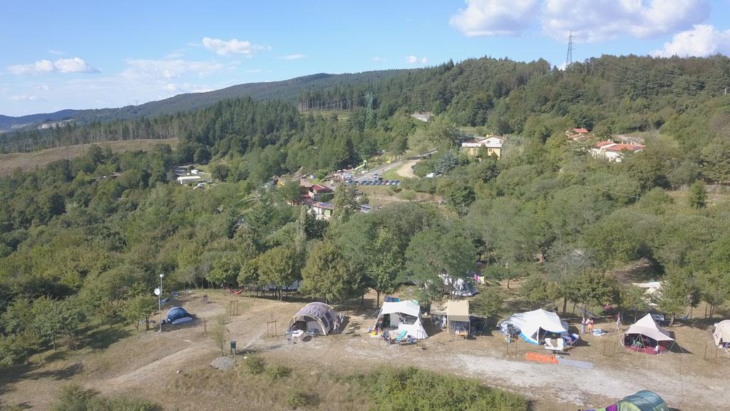 Camping La Futa ligt tegen de berg aan.