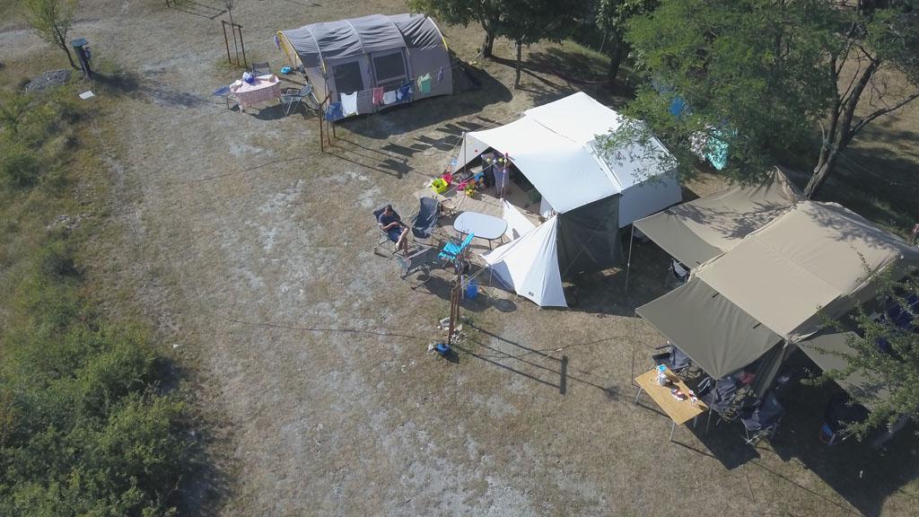 Onze kampeerplek van bovenaf gezien.