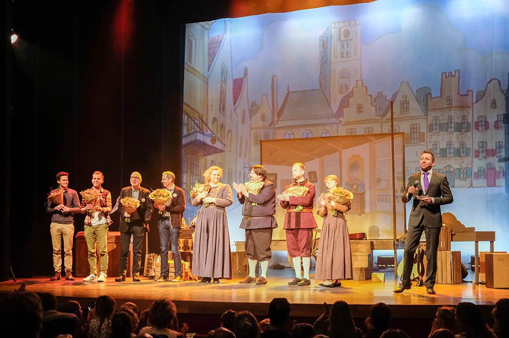 Alle mensen die meegewerkt hebben aan de voorstelling krijgen een bloemetje tijdens de première van 'Lang Geleden...' van Van Hoorne.