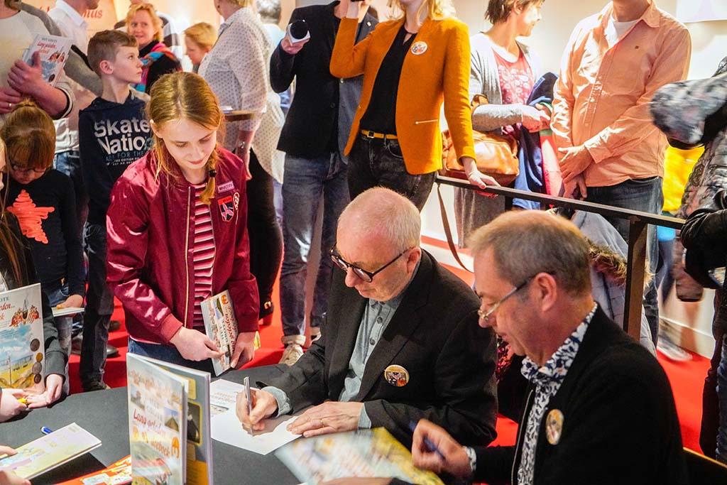 Emma krijgt handtekeningen van Arend van Dam en Alex de Wolf