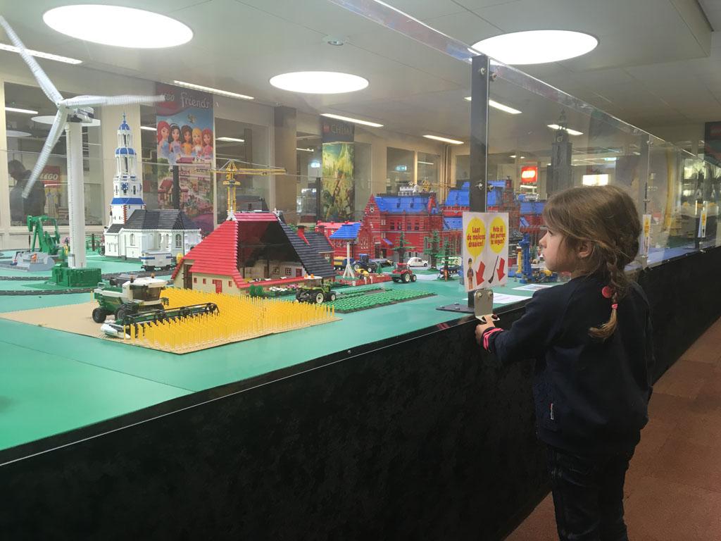 Kijken bij het LEGO dorp.