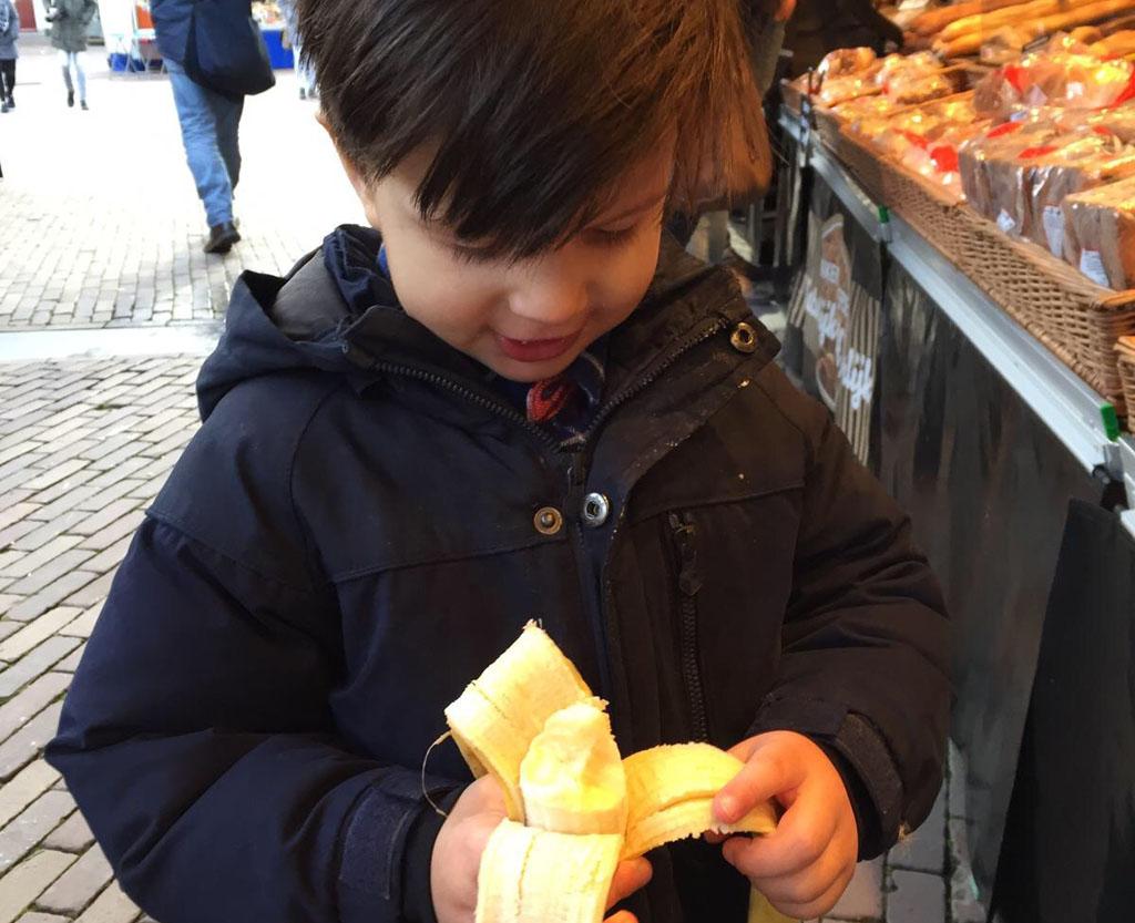 Op de markt is het vooral smakelijk genieten voor je peuter. (Foto: Yvonne)