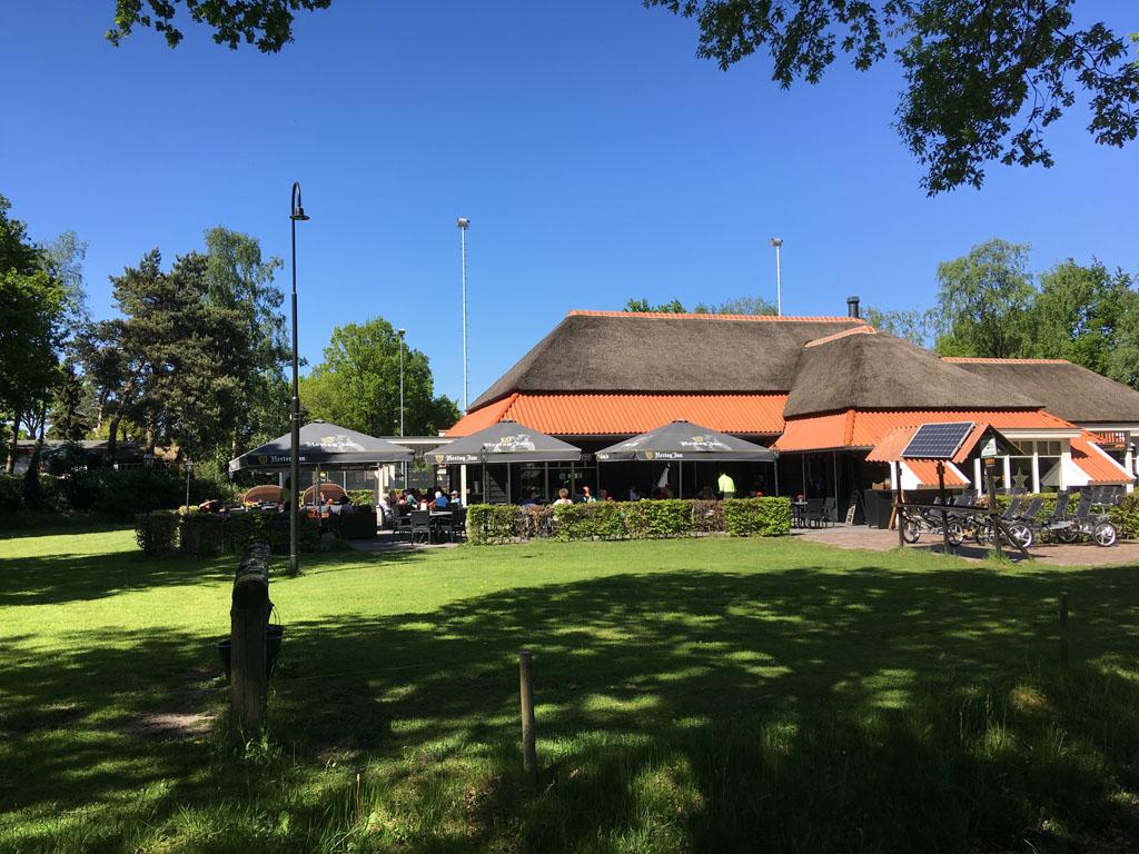 Lekker eten of een terrasje pakken bij restaurant De Heksenboom.