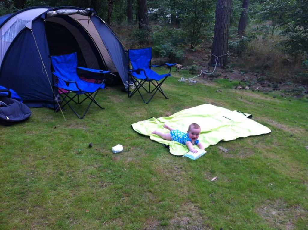 De kampeerplekken zijn heerlijk ruim en groen en daarmee heerlijk voor jong en oud.
