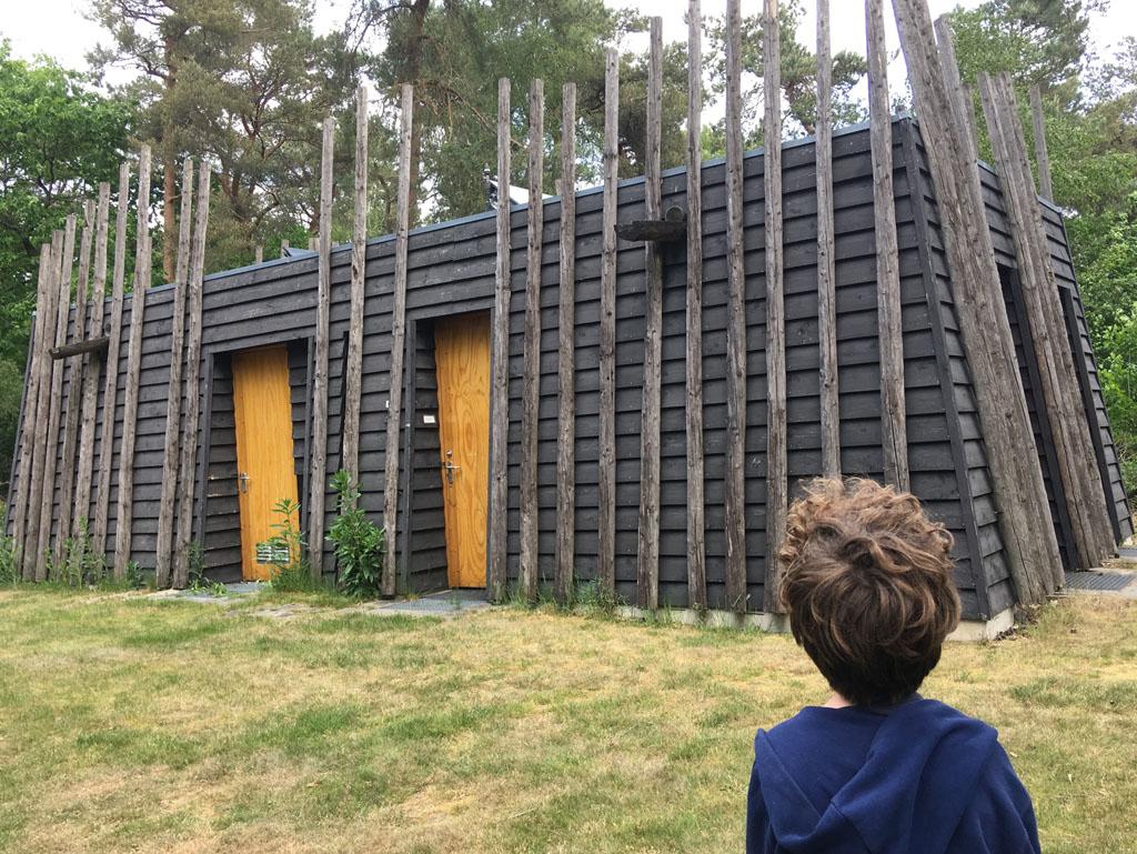 Wat een uitkomst, in dit gebouwtje is privé-sanitair voor de kampeerders van zes plekken op de camping