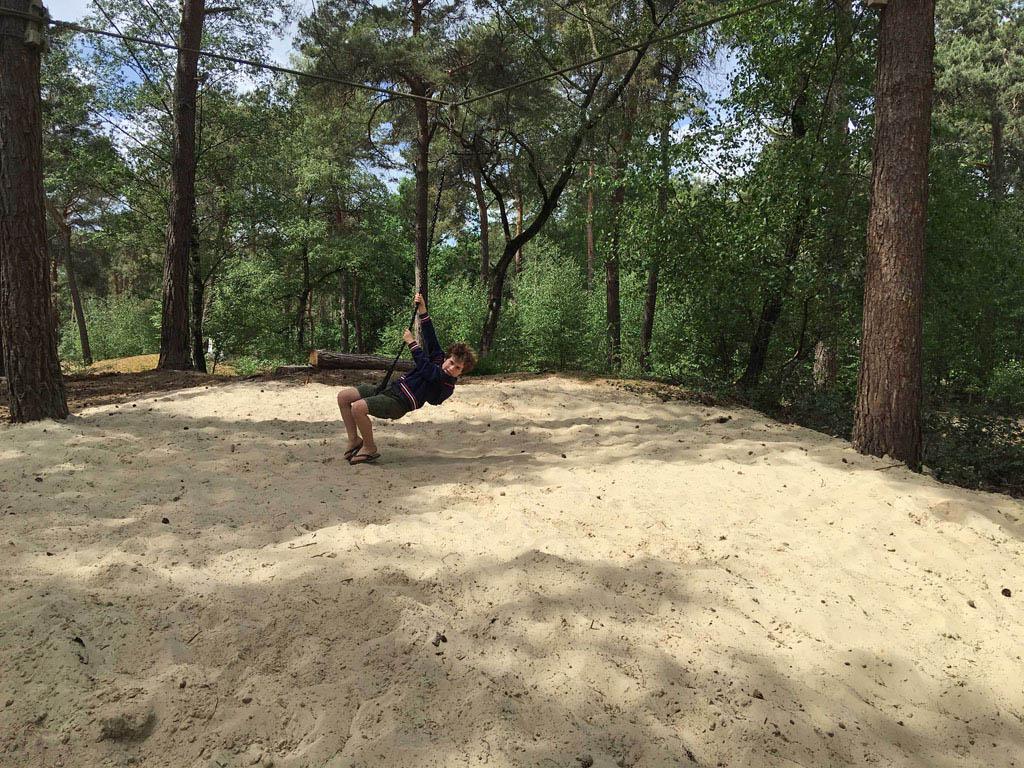 Als we de kinderen kwijt zijn, vinden we ze geheid terug in het heerlijke speelbos midden op de camping.