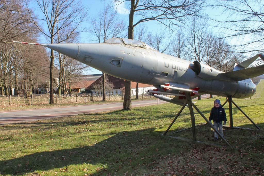 Vliegtuig bij het museum.
