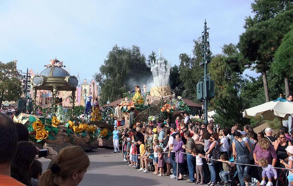 In de drukte tussen de mensenmenigte bij de parades kun je vermijden met de Priority Card.