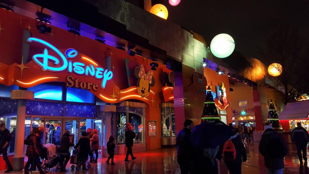 Winkels in overvloed in Disneyland Parijs. Op het park, maar ook daarbuiten.