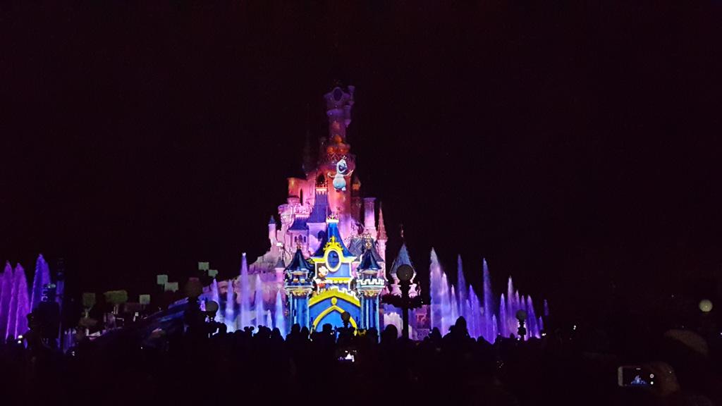De eindshow om sluitingstijd is prachtig. Op de foto de show van het 25-jarig bestaan van Disneyland Parijs.