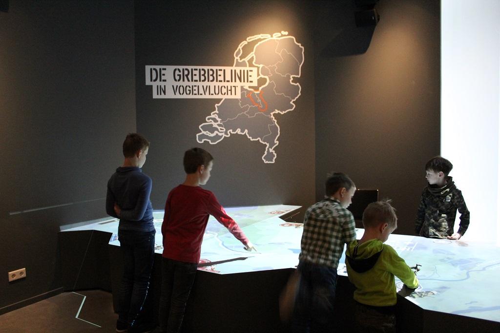 Via een interactieve tafel wordt de geschiedenis van de Grebbelinie verteld.