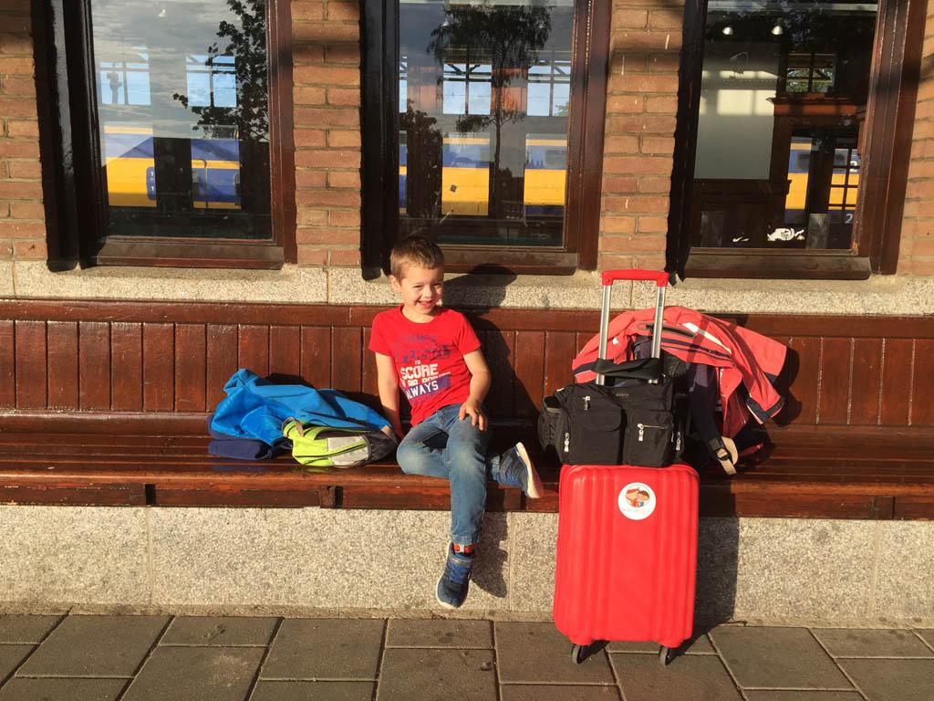 Wachtend op het station voor een eerdere langere treinreis.
