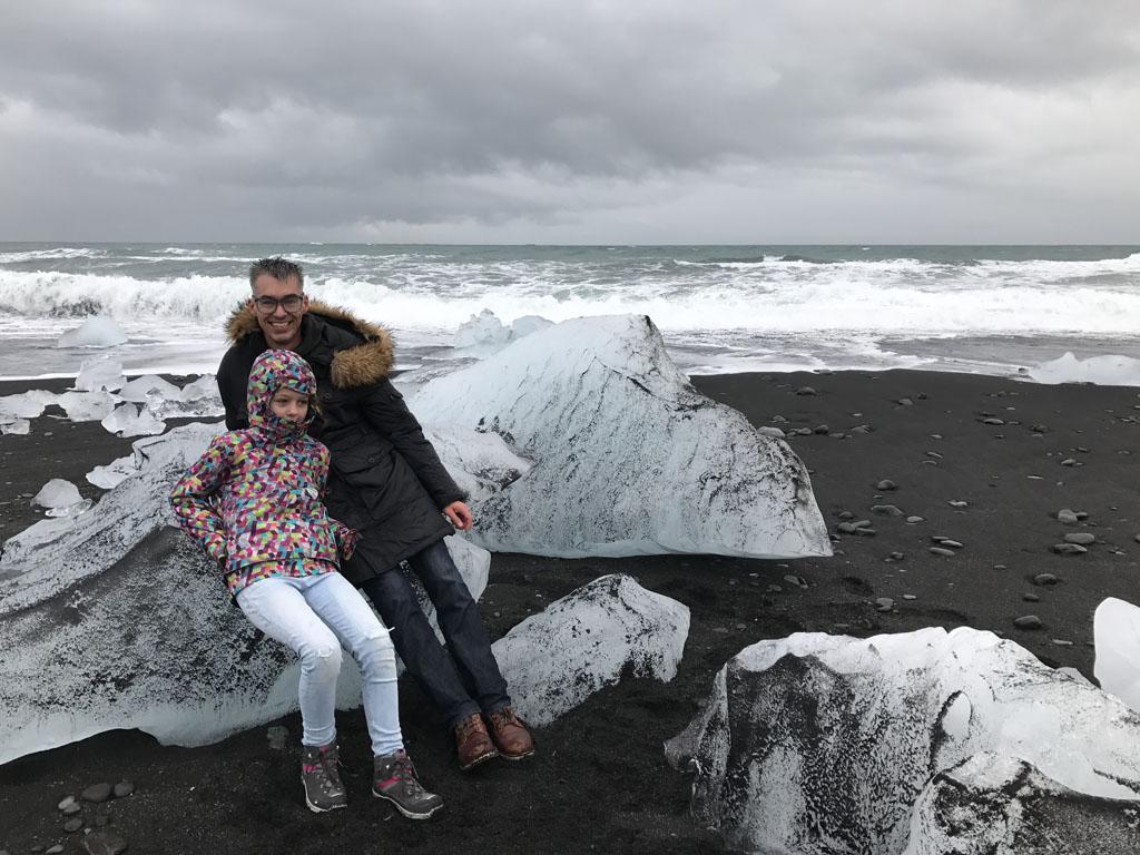 Wat een grote ijsblokken op het strand.