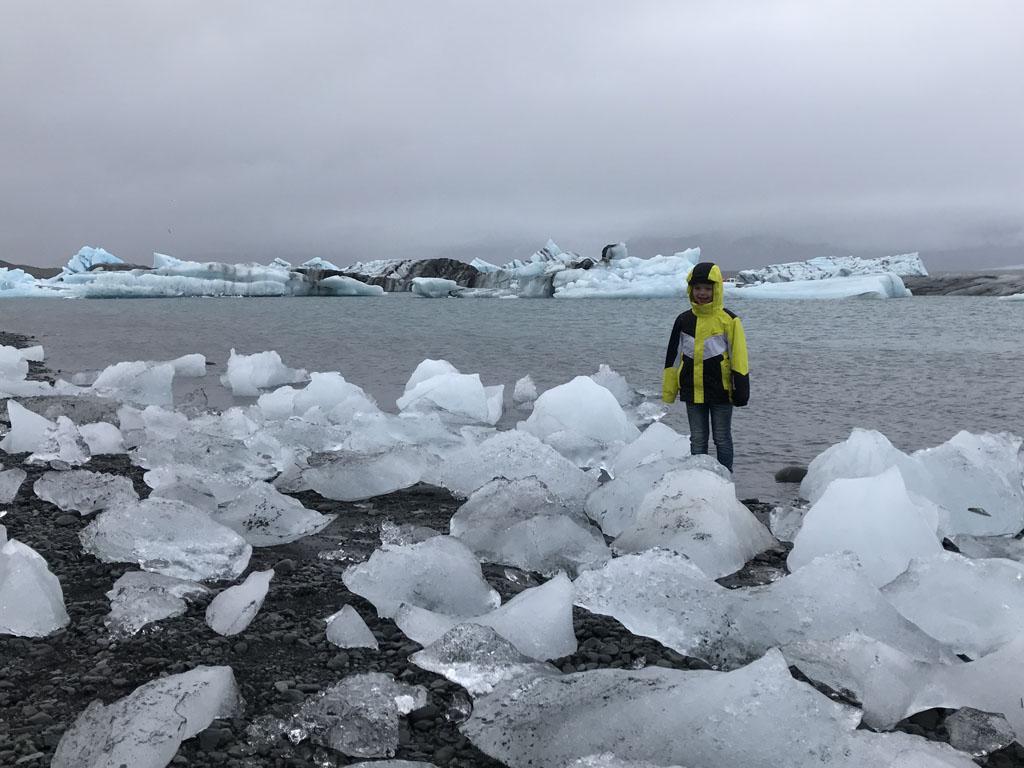 Camiel vindt de ijsschotsen op langs de oever een geweldige speelplek.