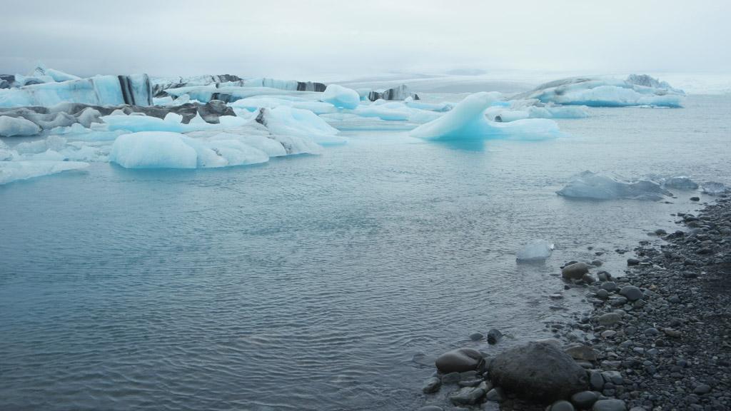 Grote ijsschotsen drijven voorbij.