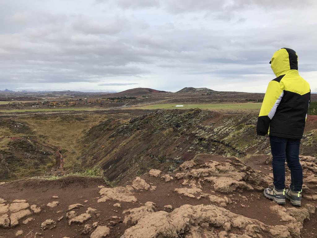 Camiel op de rand van de krater.