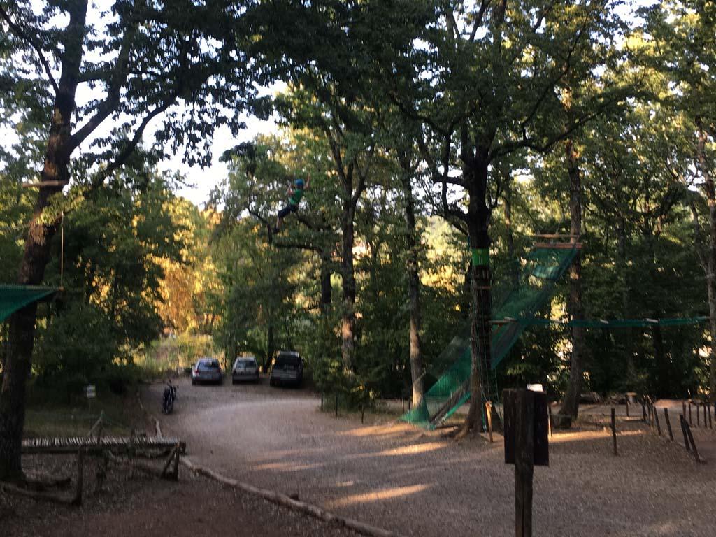 De parkeerplaats van Parco Avventura Il Gigante, het klimbos in Toscane.