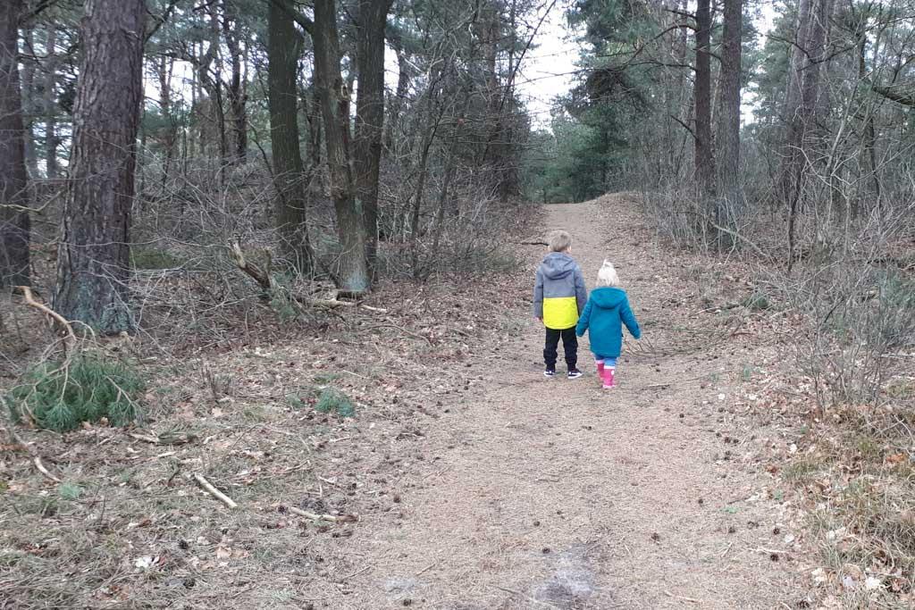 Matteo en Olivia aan de wandel.