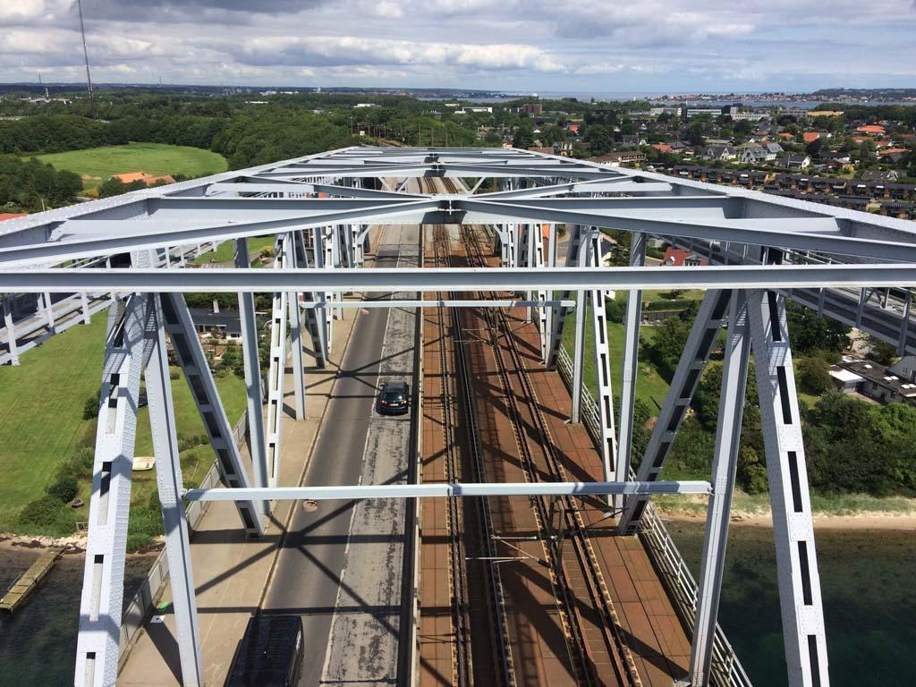Als de trein voorbij rijdt trilt de hele brug.
