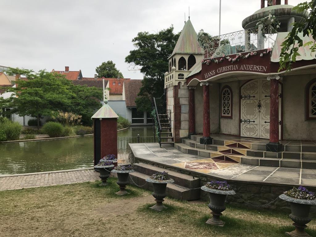 Het theater in de tuin van het museum.
