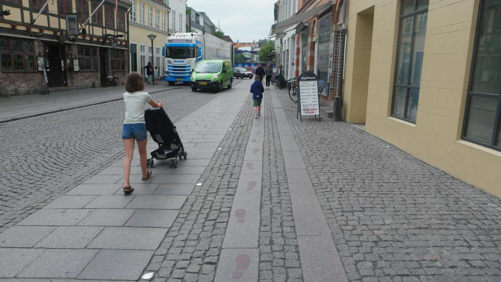 Volg de voetstappen en je maakt een mooie wandeling door Odense.