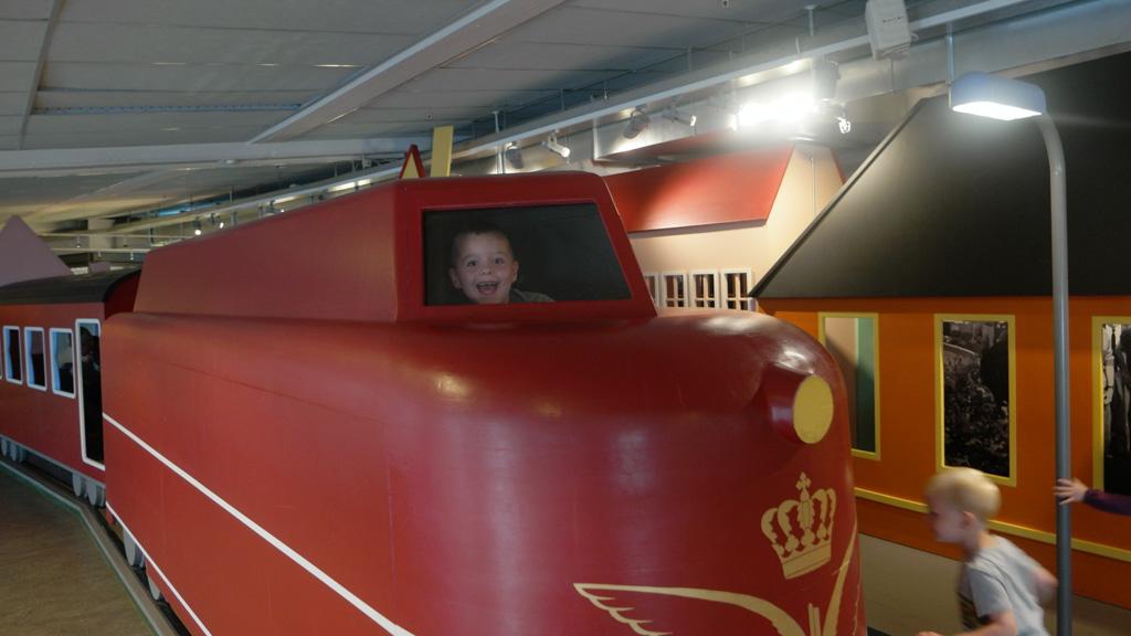 Met natuurlijk een trein.
